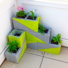 DIY cute plant stand for you backyard or patio.