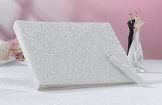 http://www.mybomboniere.it/matrimonio/addobbi-cerimonia/guestsbooks/guestbook-rivestito-di-perline-con-penna.html Elegantissimo guestbook rivestito di raso color crema e coperto da piccolissime perline bianche. Il guestbook contiene 25 pagine. Il lato sulla sinistro è ha lo spazio per inserici una fotografia ed il lato sulla destra è per le firme. Lo spazio per la fotografia è di 22,9 cm di ampiezza x 12,1 cm di altezza.