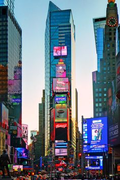 Image viaTimes Square, New York City I litter ally can not wait to move there!Image viaThere are many things to do with kids in New York City, NY. New York may surprise you with just h The Places Youll Go, Places To See, Ville New York, Voyage New York, Foto Poster, Jolie Photo, Concrete Jungle, New York Travel, Dream Vacations