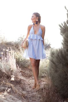 Blue and white striped halter ruffle dress+camel lace-up flat sandals+camel chain shoulder bag+earrings. Casual Work Dresses, Casual Summer Outfits, Simple Dresses, Summer Dresses, Midi Skirt Casual, Maxi Outfits, Vetement Fashion, Dress With Sneakers, Dress Sewing Patterns