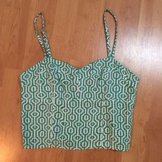 Ava Sky printed crop top Super cute crop top with adjustable straps and stretchy elastic back. Super cute geometric green and white print that Ava Sky doesn't have available anymore! Worn once so still in perfect condition. Ava Sky Tops Crop Tops