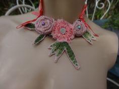 collier textile trois fleurettes
