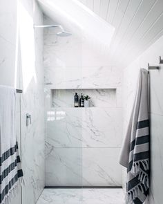 Large format marble-effect tile on walls and floors || Bathroom designed by @threebirdsrenovations