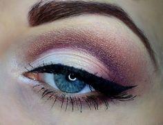 maquillage yeux avec fards à paillettes et eye-liner