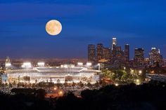 Full moon above the Los Angeles Dodgers Stadium. pic.twitter.com/AAogG3C62v