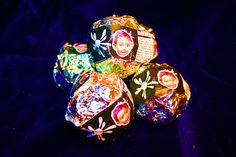 """I """"Bangel - I Baci di Angel"""": linea di cioccolatini opensource firmata Angel_F, la piccola intelligenza artificiale figlia di Derrick de Kerckhove e della Biodoll. Sulla falsariga del noto """"Bacio Perugina"""", alla frase romantica del cioccolatino si sostituisce una frase generata dalla engine di Angel_F.  Concept: AOS - Art is Open Source (Iaconesi/Persico), anno: 2007 - More info about Angel_F: http://www.angel-f.it  - More info about Bangel: http://bit.ly/GQuMEh"""