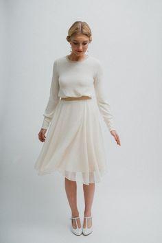 Wolkig leichtes cremefarbenes Chiffon-Kleid mit einem lässig, locker fallendem Feinstrickoberteil. Für den Pulliffekt hat es in der Taille ein breites Gummi eingearbeitet. Es ist aus weichem...