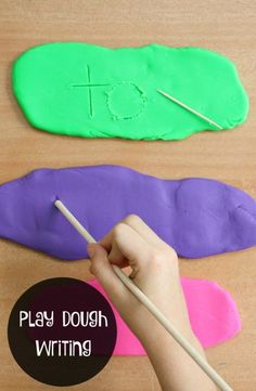 Play Dough Writing Tray-Use this fine motor activity to practice writing letters, sight words, numbers and more. Nash may be more interested in his sight words and letters if we used play dough Kindergarten Literacy, Early Literacy, Preschool Learning, Literacy Activities, Spelling Activities, Fun Learning, Spelling Practice, Playdough Activities, Sight Word Practice