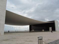 Marilia Olivetti   Pavilhão de Portugal Expo 98 - Alvaro Siza - Projeto criado para representar a nação portuguesa. A obra se baseia em uma folha de papel apoiada em dois blocos, criando um espaço amplo que abriga diversos eventos. #ArqCriativa