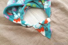 Sewing Baby Girl Hooded Fleece-lined Carseat Poncho {Reality Daydream) - This cozy car seat poncho for toddlers is perfect as a jacket or coat for kids or babies! It's easy to make with this tutorial which includes a pattern! Fleece Knot Blanket, Fleece Poncho, Hooded Poncho, Baby Sewing Projects, Sewing For Kids, Sewing Crafts, Poncho Pattern Sewing, Sewing Patterns, Poncho Patterns