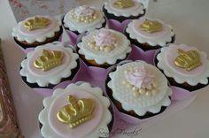 Cupcake decorado Coroa menina Cupcake Cookies, Cupcake Toppers, Royal Baby Shower Theme, Cloud Party, Second Birthday Ideas, Princess Theme Party, Chocolate Covered Oreos, Cookie Designs, Birthday Cupcakes