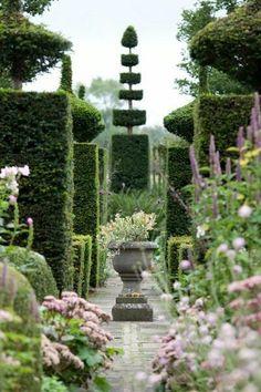 relax in a peaceful garden! how much I wish could walk here every morning going to work... love the topiary and the flowers. rilassarsi per una passeggiata in un giardino pieno di pace. fiori e siepi potate #topiary