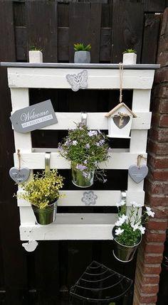 Schönes Blumenboard Palette weiß