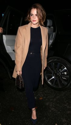 Emma Watson looking chic with a tan blazer, black ribbed dress, and a brand new haircut! Emma Watson Outfits, Style Emma Watson, Emma Watson Fashion, Emma Watson Pixie, Emma Watson Casual, Popsugar, Emma Watson Red Carpet, Moda Formal, Ribbed Dress