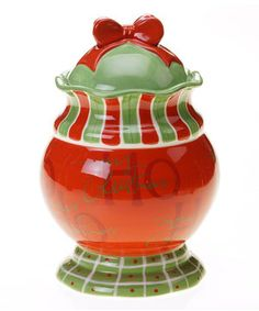 Deck the countertop with this delightful cookie jar. Constructed from durable, easily cleaned earthenware and featuring a cheerful design, it adds festive flair to any holiday home.