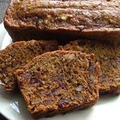 Un pain aux dattes et aux noix, servi avec une sauce chaude à la cassonade. Simple et délicieux!