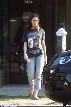 lily-collins-shopping-for-art-in-los-angeles-09-20-2017-1.jpg 1,280×1,920 pixeles
