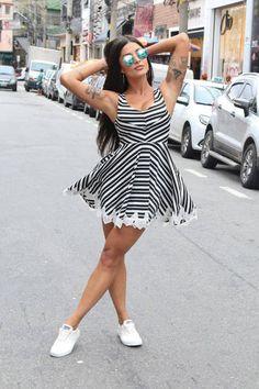 A dançarina Aline Riscado parou o trânsito ao desfilar e mostrar toda sua desenvolturaAline Riscado quase mostra demais com vestido transparente