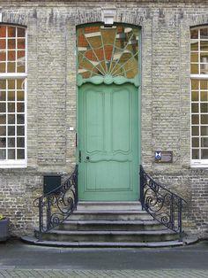 can this be my front door? please? Green Front Doors, Painted Front Doors, Front Door Colors, Cool Doors, Unique Doors, Art Deco, Art Nouveau, Entrance Doors, Doorway