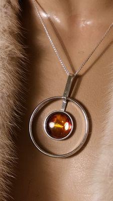 Zilveren designhanger met amber in Scandinavische stijl