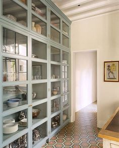 Ideas And Expert Tips On Glass Kitchen Cabinet Doors 17 - Home Decoration - Interior Design Ideas Kitchen Pantry, New Kitchen, Kitchen Storage, Pantry Storage, Dining Room Storage Cabinets, Kitchen Shelves, Kitchen Organization, Organization Ideas, China Storage