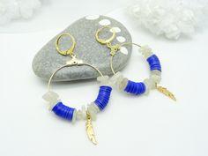 Boucles d'oreilles pierre de lune blanche et grise, intercalaire créole laiton Light Gold, paillettes formes Heishi bleu : Boucles d'oreille par madely