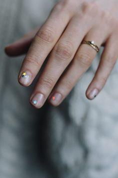 Beauty Tutorial: Die schönste Glitzer Maniküre für die Nägel – Mit Sternchen auf den Nägeln geht es auf die nächste Party! #manicure #nails #beauty #diy #inspiration #ideas #look #trend #stars #sterne #style #journelles #finger #glitzer #glitter #beautytutorial