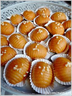 Salam alyakoum/bonjour, J'ai eu beaucoup de mal a trouver un titre pour la recette qui va suivra, comment appeler ces petites douceurs à la semoule façon makrouts mais avec de la poudre d'amande dans la pâte et recouverts d'une bonne couche de miel? J'ai...