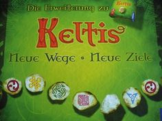 """Keltis est un jeu inspiré des """"Cités Perdues"""", pour 2 à 4 joueurs. Par combinaisons de cartes, les joueurs progressent simultanément plusieurs pions sur plusieurs parcours. Mais attention de ne pas être trop gourmand car chaque parcours entamé coûte des points de victoire et ne devient rentable qu'après une certaine distance. Par  Reiner Knizia, 2008, Filosofia. Entre la version de base et l'extension, je préfère l'extension car il y a plus de réflexion."""