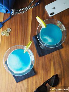Kerry James Marshall y el cóctel azul – EATING ARTS Blue Curacao, Color Azul, Serving Bowls, Eat, Tableware, Blue Cocktails, Pineapple Juice, Dinnerware, Tablewares