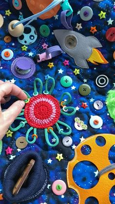 Baby Sensory Play, Diy Sensory Toys, Baby Sewing Projects, Sewing Crafts, Baby Activity Board, Baby Crafts, Crafts For Kids, Diy Quiet Books, Sensory Blanket