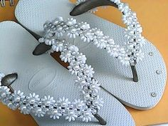 Trama com pérolas pitangas /usei pérolas ñ 08 perolada /pérolas ñ 06 branca /pérolas ñ 03 branca/pérolas pitangas branca /nylon ñ 25 e agulha. Beaded Beads, Beaded Shoes, Beaded Sandals, Beaded Jewelry, Flip Flops Diy, Crochet Flip Flops, Beading Projects, Beading Tutorials, Cute Sandals