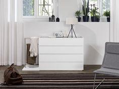 Die ideale Ergänzung zum gleichnamigen Schrank ist die Kommode Primeart von MAB. Das reinweiss decklackierte Möbel hat eine furnierte Abdeckplatte und eine Absetzung in amerikanischem Nussbaum-Furnier. Die Kommode ist nicht nur optisch eine tolle Ergänzung für das Schlafzimmer, sie ist mit ihren vier breiten Schubladen vor allem ein praktisches Aufbewahrungsmöbel. Thats The Way, Designer, Dresser, Home Decor, Clothes, Cover Up, Set Of Drawers, Bed, Outfits