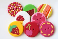Hand made buttons Fimo Clay, Polymer Clay Projects, Polymer Clay Charms, Polymer Clay Creations, Handmade Polymer Clay, Clay Crafts, Paper Crafts, Biscuit, Cute Clay