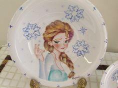 Prato porcelana pintado à mão. Elsa #porcelanapintada #clubedeideias