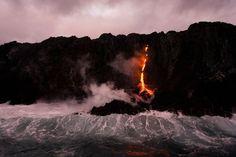 Actividad volcánica en la isla de los Volcanes en Kalapana, Hawai.