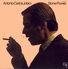 Stone Flower (1970) est un album particulier, voire singulier. Dans cet album d'Antônio Carlos Jobim pas de véritables standards ou de hits, mais une véritable succession de titres de très bonne qualité qui arrivent à créer une ambiance, une atmosphère...