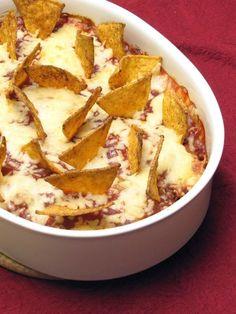 Hackfleisch-Auflauf mit Salsa-Soße und Nachos! Darüber noch Käse. Der perfekte Begleiter für einen Spieleabend!
