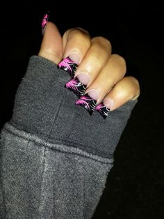 Hot Pink and black I dotn really care for the flare nails Kiss Nails, Hot Nails, Hair And Nails, Silver Nail Designs, New Nail Designs, Duck Feet Nails, Jersey Nails, Summer Toe Nails, Fall Acrylic Nails