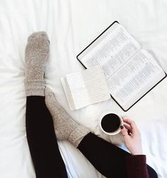 books and coffee and warm socks and a comfy bed Coffee And Books, Coffee Reading, Book Aesthetic, Aesthetic Coffee, Foto Pose, Lazy Days, Photo Instagram, Disney Instagram, Book Photography