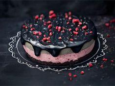 Pinkkiä ja mustaa! Vadelmaa ja lakua! Siinä tämän kakun valloittavat elementit. Valmista näyttävä kakku, jota voi tuunata niin synttärisankarille kuin tarjottavaksi isänpäivänä. Kakku on myös loistavasti myös halloweenteemaan.