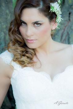 Media tiara de flores en blanco y verde.   MODELO Y MAQUILLAJE: Miriam Zapata Make Up FOTOGRAFÍA: Antonio Gárate Fluxá PELUQUERÍA: Rosabel Sancho Lostal  DISEÑO DE TOCADOS: Lorbichi y Don Gominola #fascinator #wedding #bride #boda #novia #tocado #headdress #white #ivory #blanco #crinoline #crim #flowers #flores #green #verde