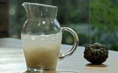 Ingredientes: 1 fruta-do-conde ½ xícara de vodca Açúcar (a gosto) Gelo  Modo de preparo: Descasque a fruta do conde e macere com açúcar. Adicione a vodca e o gelo. Misture bem e sirva.