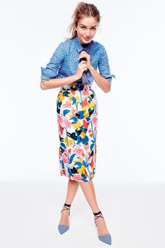 Cute spring floral skirt with blue blouse. Love the combination of patterns in t. - outfits , Cute spring floral skirt with blue blouse. Love the combination of patterns in this! Source by natalie_teeters. Skirt Outfits, Casual Outfits, Fashion Outfits, Womens Fashion, Fashion Tips, Fashion Design, Fashion Trends, Ladies Fashion, Work Outfits