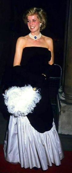 1985-12-12 Diana attends the Annual Livery Banquet of the Worshipful Company Of Fanmakers at Mansion House in London