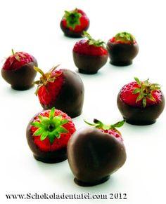 Schokolierte Erdbeeren, Chocolate covered strawberries.  Rezept/Recipe: http://www.schokoladentafel.com/rezepte/schokolierte-erdbeeren/  #schokolade #erdbeeren #chocolate #strawberries