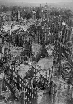Wo sich einst Neumarkt, Große Kirchgasse und Moritzstraße erstreckten, sind nur noch Trümmer und Ruinen. History Page, World History, World War Two, Old World, Dresden Bombing, German Architecture, Dresden Germany, Berlin City, Hero's Journey