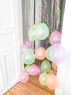 Der Kleinkinder-Party-Klassiker einen Türrahmen voller Luftballons gab es bei… The toddler party classic a door frame full of balloons was available at … Balloon Decorations, Birthday Decorations, Balloon Garland, Hanging Balloons, Diy Birthday, Birthday Parties, Birthday Morning, Pokemon Birthday, Birthday Celebrations