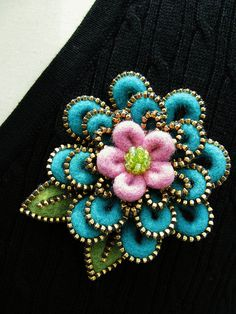 broach .... zipper and felt ... pink, tuquoise and olive ... flower in three layers ... beautiful!