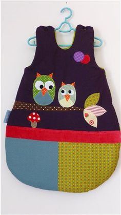 Keep your baby warm in this coming winter, it's time to make quilted sleeping bag for little ones. hat is a baby sleeping bag? That's a wearable blanket. Baby Sewing Projects, Sewing For Kids, Blog Bebe, Adult Bibs, Diy Bebe, Custom Aprons, Sewing Baskets, Sleep Sacks, Baby Kind